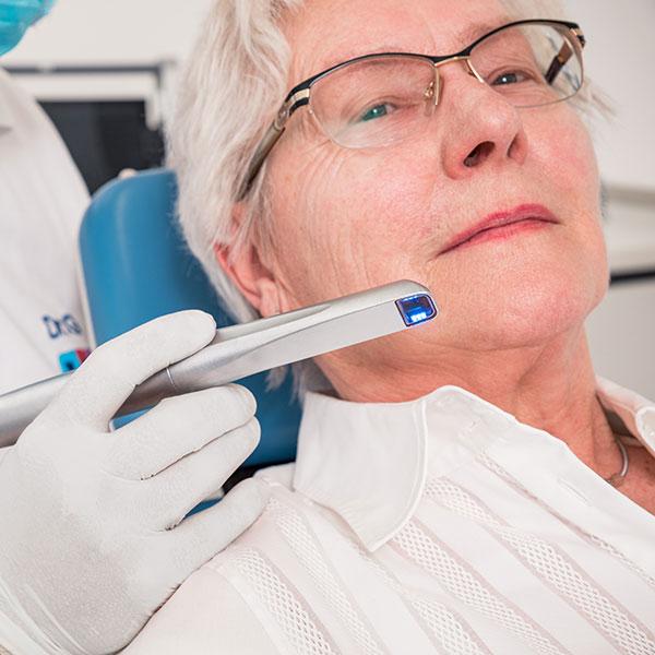 Zahnarztpraxis Dachau - Dr. Gitt behandelt mit dem Intraoralscanner