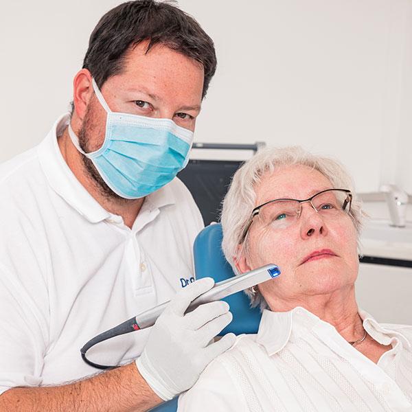 Dachau Zahnarzt Dr. Gitt bei der Behandlung mit dem Intraoralscanner