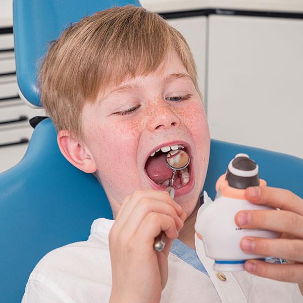 Familienzahnarzt Dr. Gitt bei der Behandlung eines Jungens