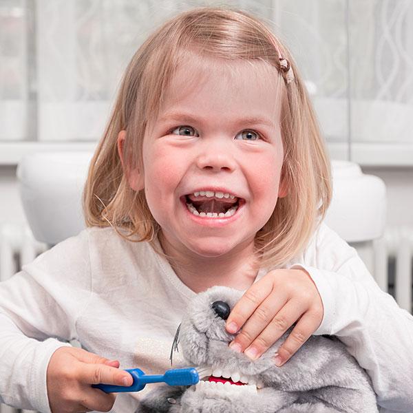 Familienzahnarzt Dr. Gitt behandelt kleine Patienten