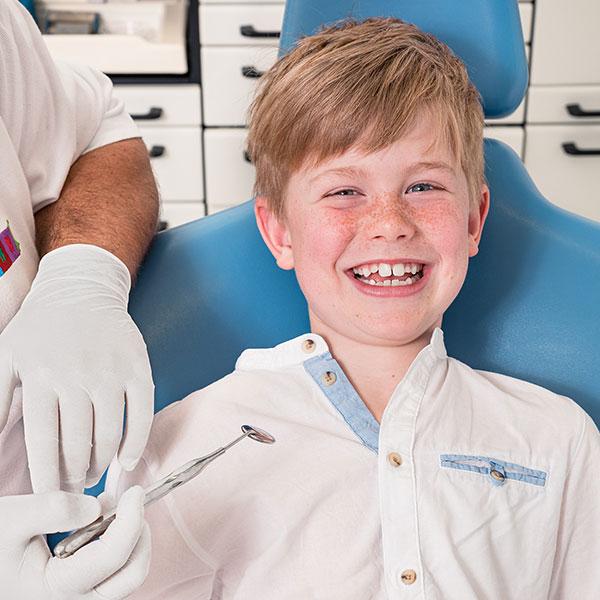 Zahnarzt Dachau - Zahnarzt-Dr. Gitt in Dachau bei der Behandlung eines Kindes
