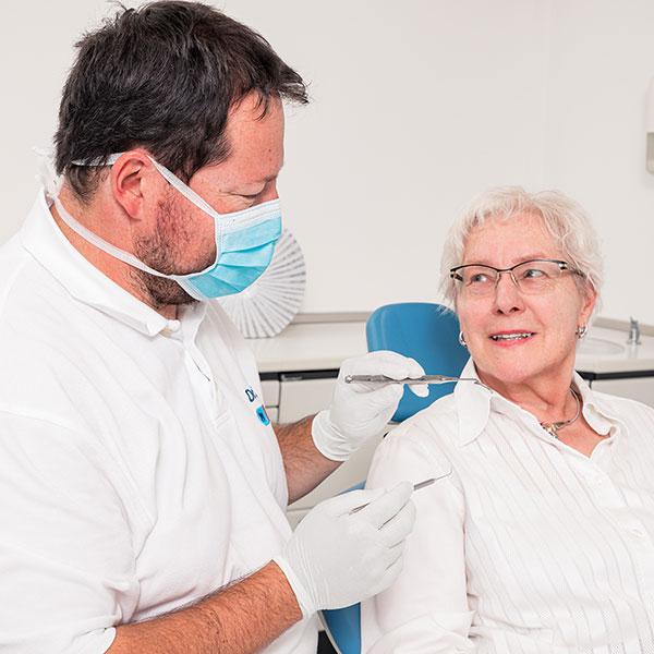 Familienzahnarzt Dr. Gitt bei der Behandlung einer Seniorin