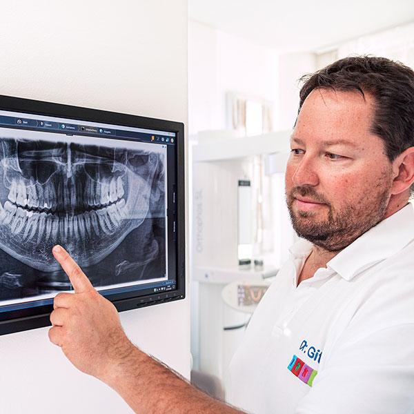 Zahnarztpraxis Dachau - Zahnarzt Dr. Gitt erklärt das Röntgenbild