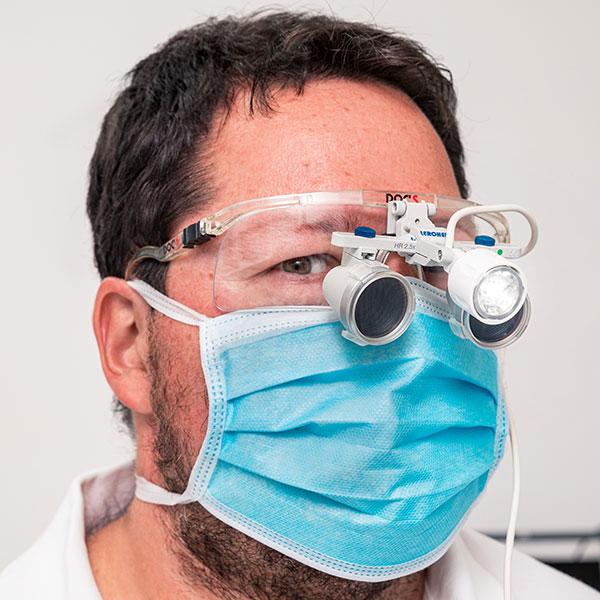 Zahnarztpraxis Dachau - Zahnarzt Dr. Gitt mit Lupenbrille